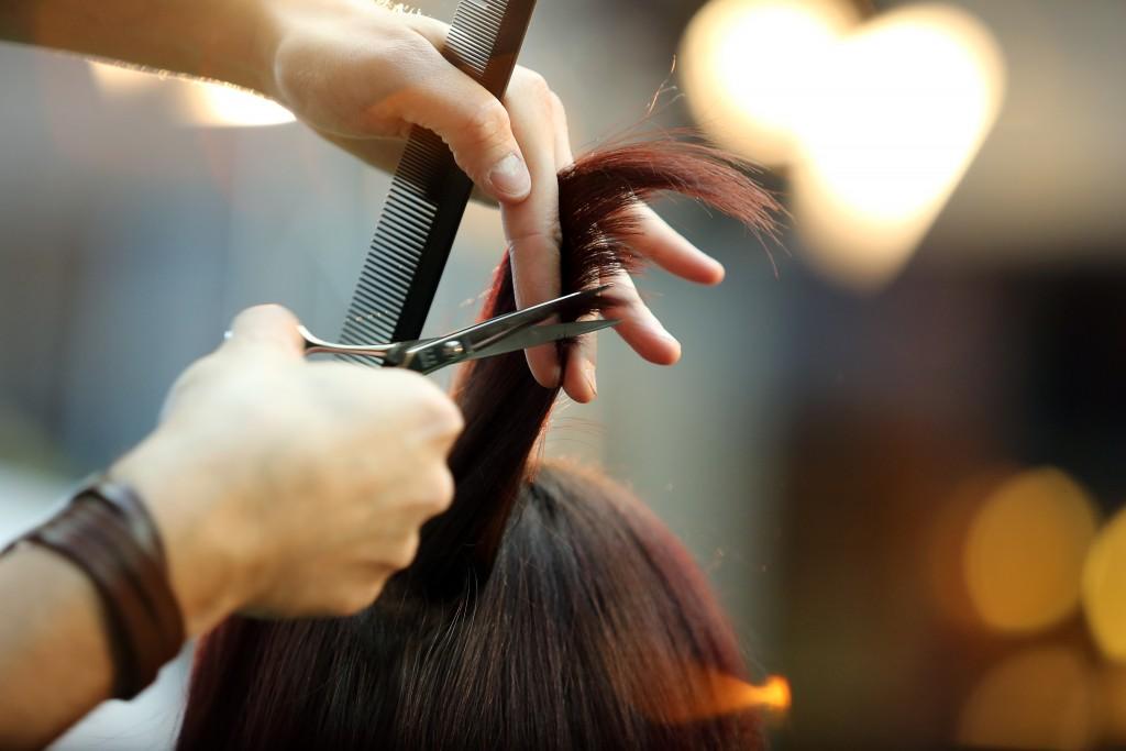 рассматривает парикмахер стрижет фото водолее относится знакам
